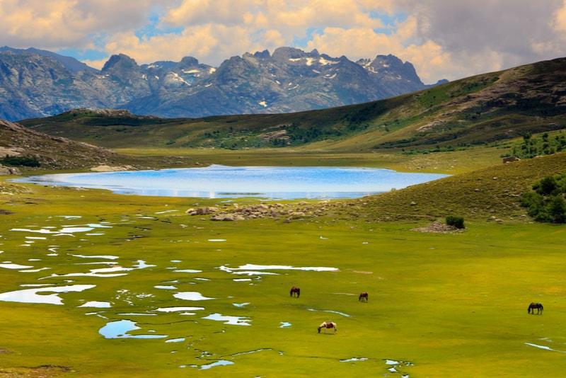 Lac sur le GR 20 en Corse - 14 Treks Sensationnels dont vous n'avez Sûrement Jamais Entendu Parler