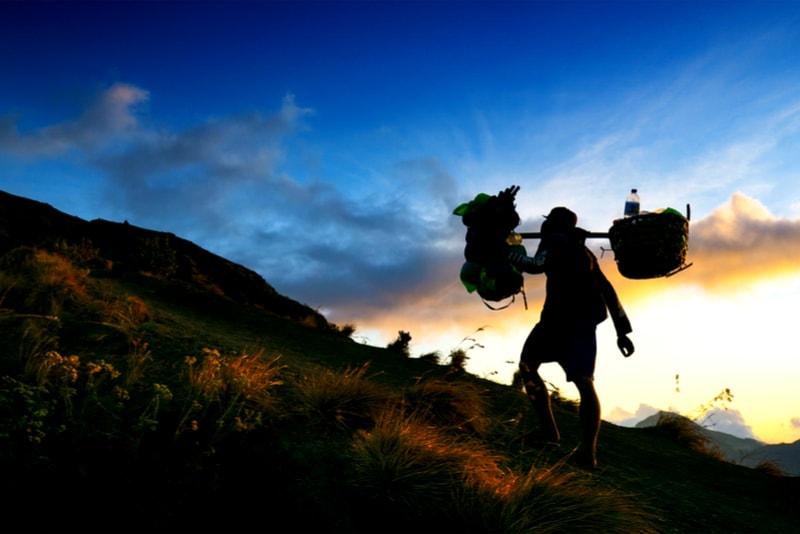 Porteurs du Mont Rinjani - 14 Treks Sensationnels dont vous n'avez Sûrement Jamais Entendu Parler