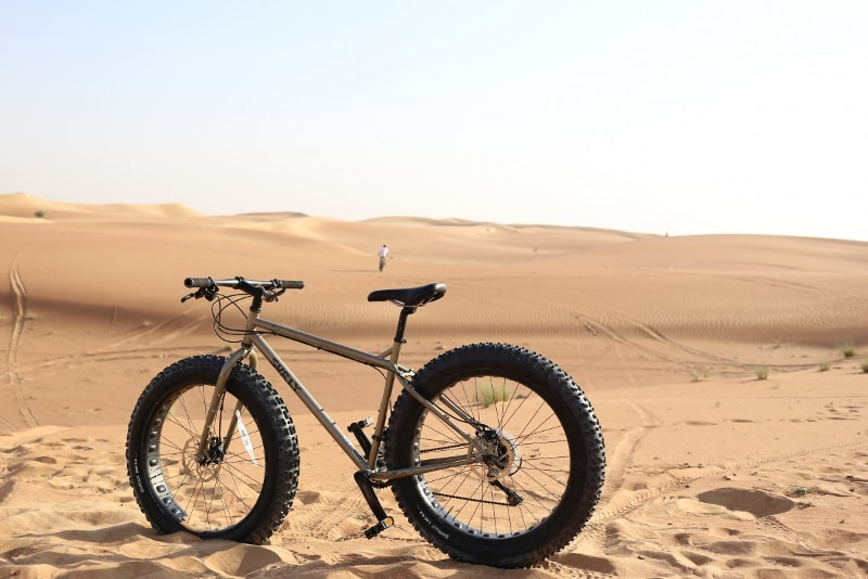 Safari de bicicleta de neumático gordo en el desierto de Dubai