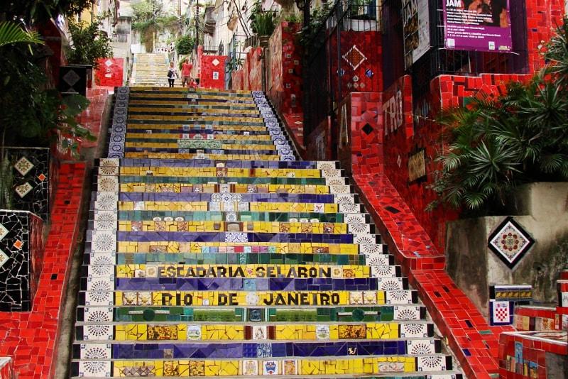 Visita cultural por la escalera de Selaron