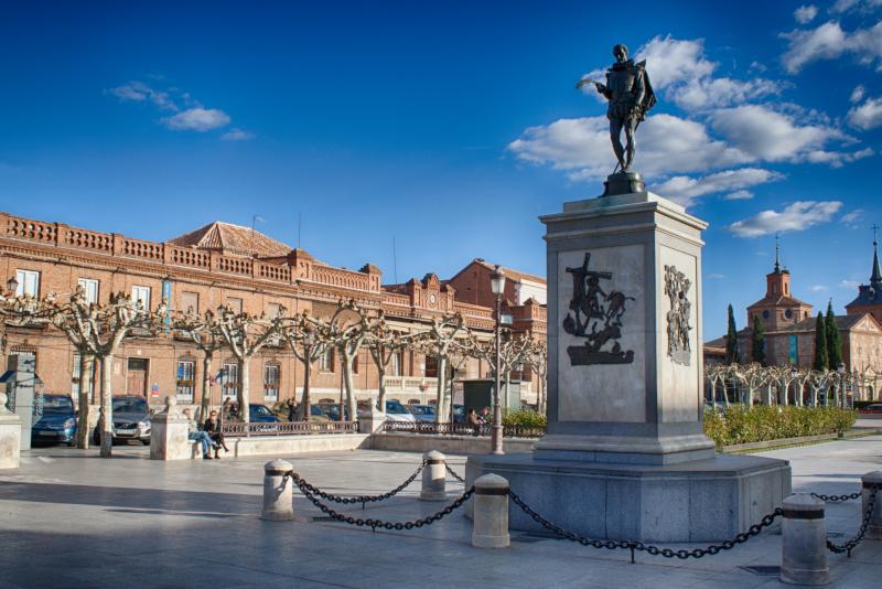 Miguel de Cervantes-Statue in Alcalá de Henares - Tagesausflüge von Madrid aus