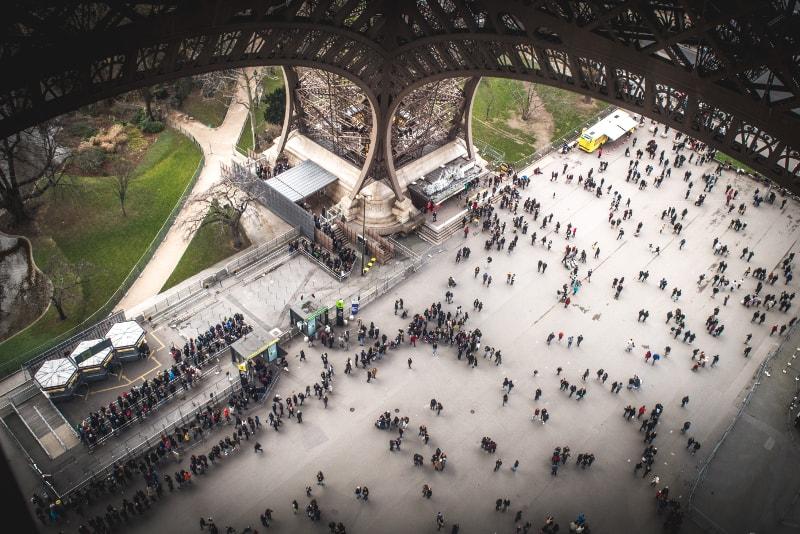 Folla alla torre Eiffel