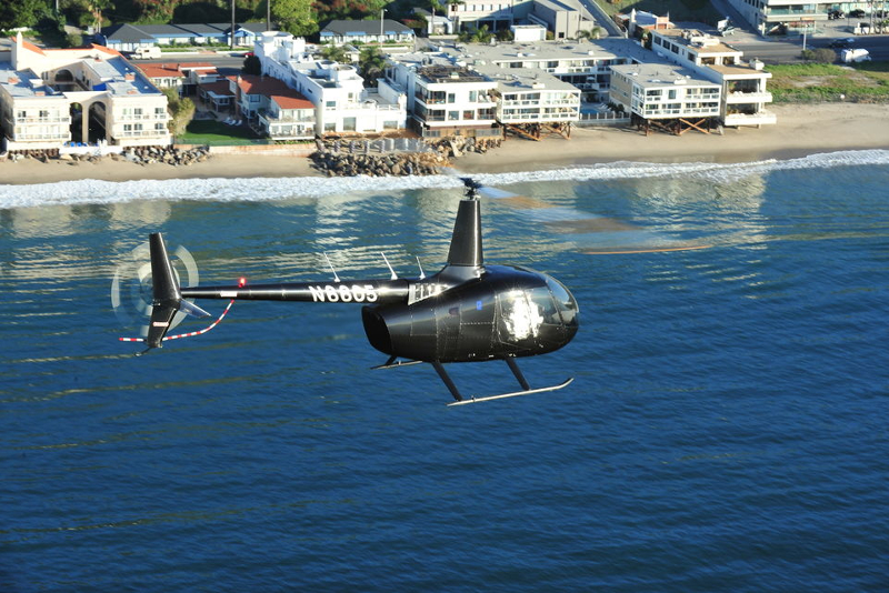Helicóptero sobre o litoral