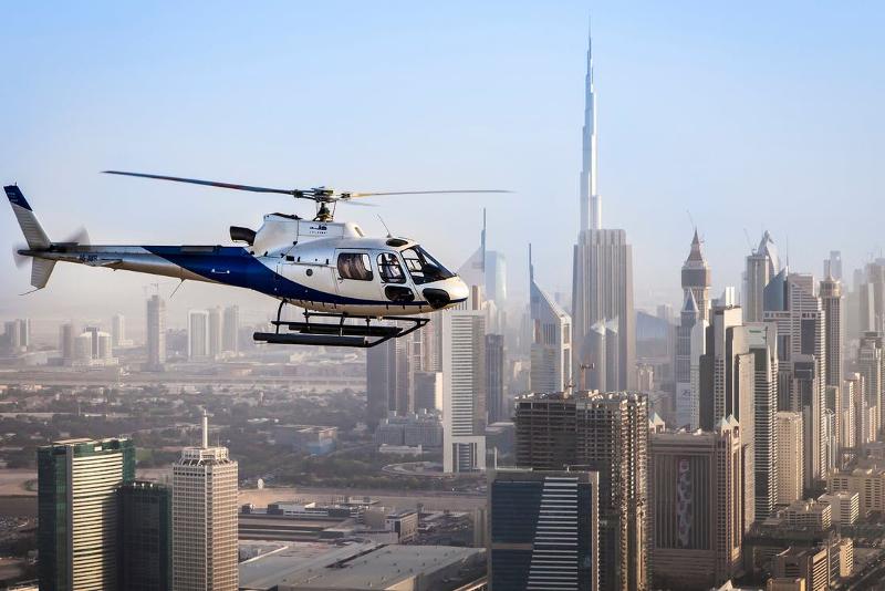 Elicottero sullo skyline di Dubai