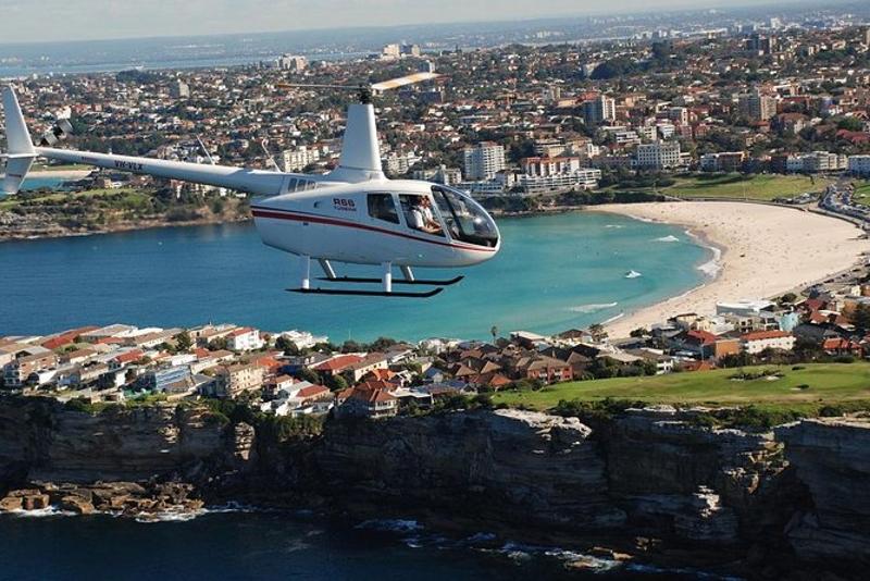 Helicóptero sobre a costa