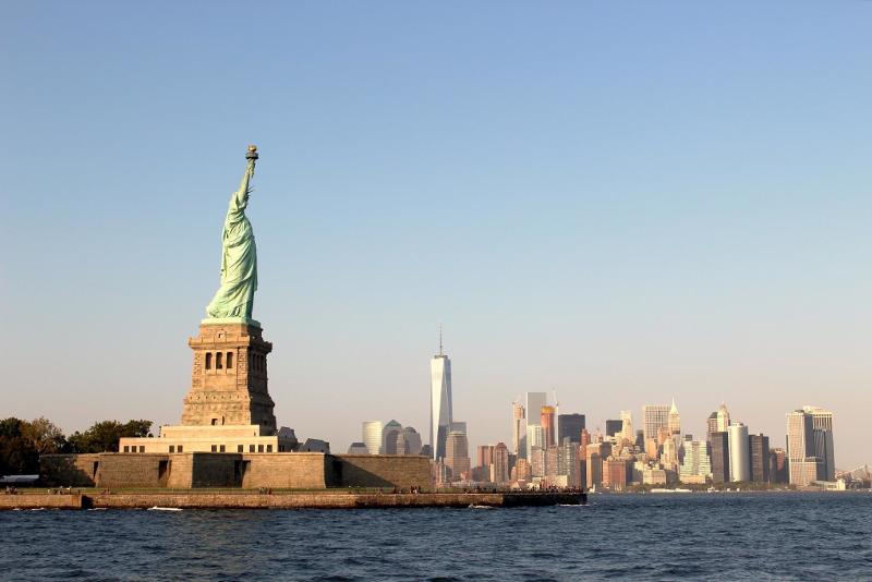 Statua della libertà con Manhattan sullo sfondo