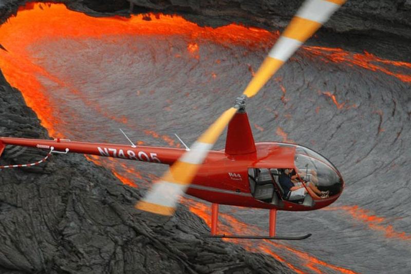 Elicottero su un campo di lava