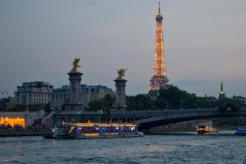 Bateaux Parisiens Seine river cruise in Paris