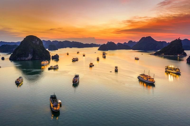 Crociera in giunca con vele orientali di 2 giorni nella baia di Halong da Hanoi