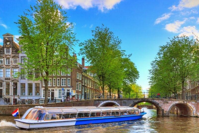 Crucero por el canal de la ciudad