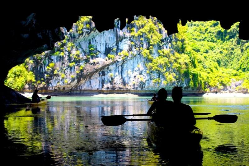 Baia di Halong, grotta di Thien Cung e kayak con incredibile crociera