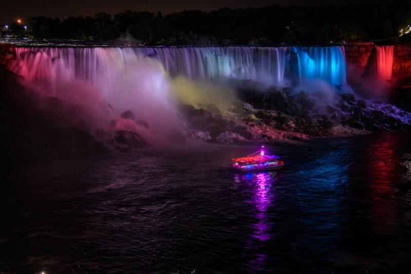 Niagara Falls Night Tour mit Abendessen und Kreuzfahrt