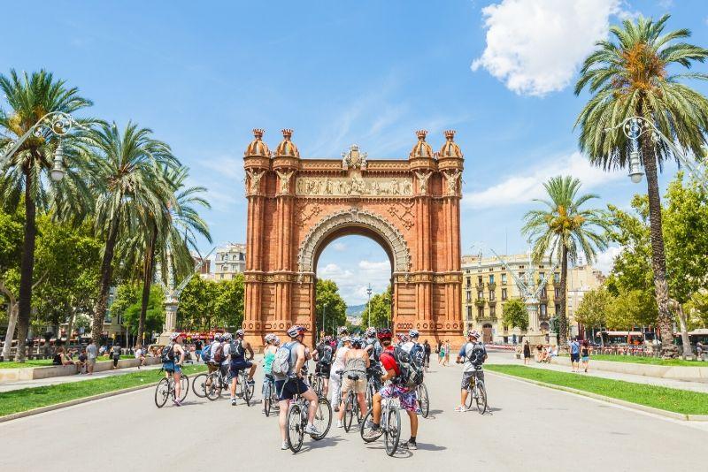 Barcellona: tour in bici elettrica con funivia Montjuic e gita in barca