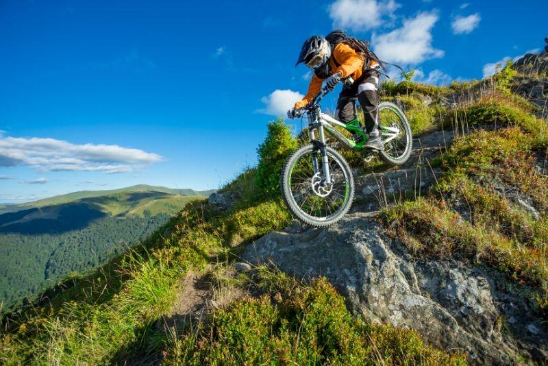 mountain bike in discesa