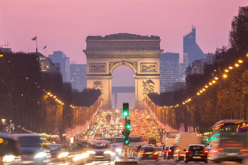 Eiffelturm und Champs Elysees