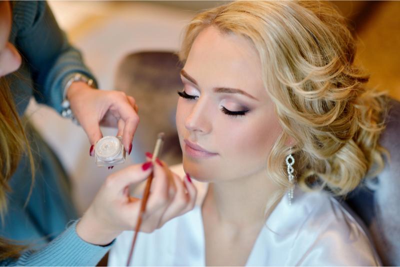 Artista profesional de peluquería y maquillaje