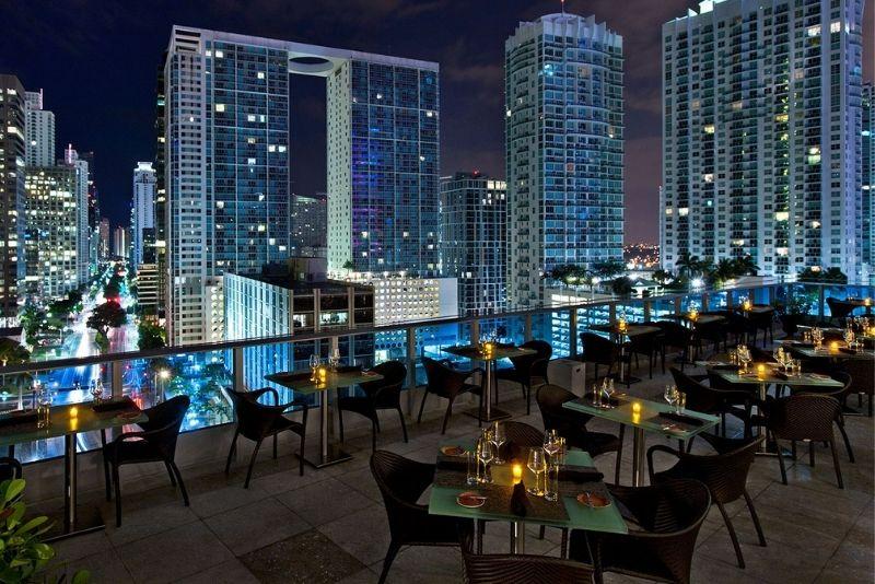 Área 31 bar rootftop en The Epic Hotel, Miami, Florida