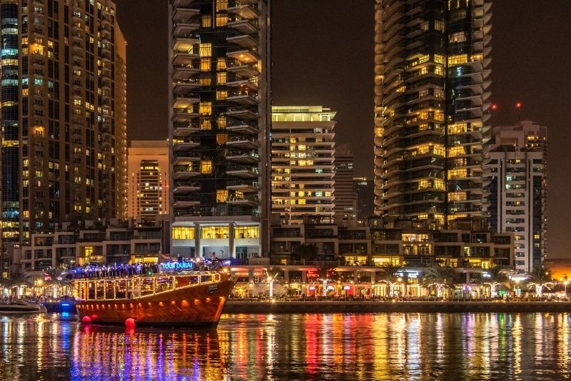 cena en dhow crucero por los canales de Dubái