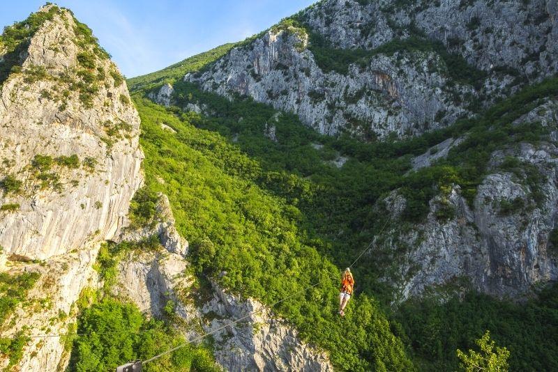 tyrolienne dans les montagnes Kozjak