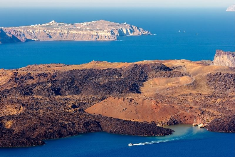 Heiße Quellen und der Vulkan Santorini