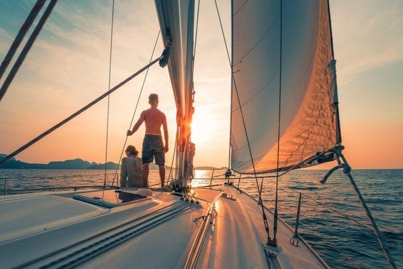 Sonnenuntergangssegeln auf Santorin