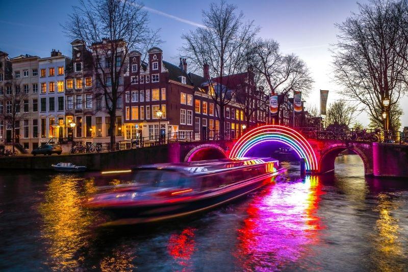 crucero nocturno por los canales en Amsterdam