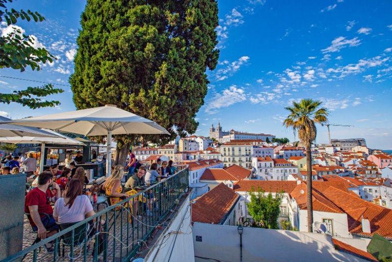 Blick vom Miradouro in Lissabon