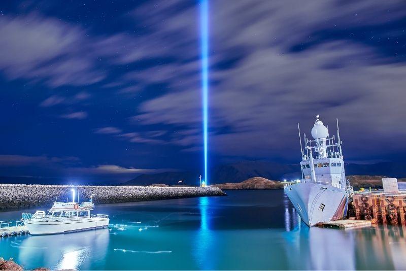 Immagina la torre della pace nell'isola di Videy, in Islanda