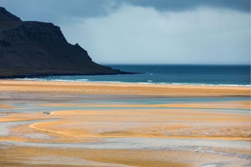 Rosa Strand von Rauðasandur in Island