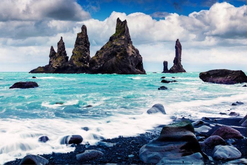 Klippen von Reynisdrangar in Island